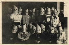 See photos of some old, vintage Halloween costumes of ghosts that are creepy, spooky cool! Retro Halloween, Costume Halloween, Halloween Imagem, Photo Halloween, Halloween Fotos, Vintage Halloween Photos, Creepy Costumes, Creepy Halloween, Halloween Pictures