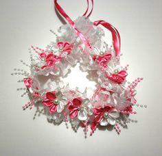 Cintillo de flores blancas y rosadas para bautizo.