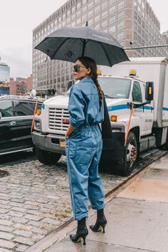 New York Street Style has Something for Everyone Denim Street Style, Street Style New York, Street Style 2018, Looks Street Style, Nyfw Street Style, Spring Street Style, Street Chic, Camo Denim Jacket, Denim Overalls