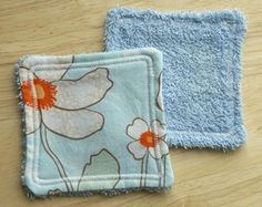 Fabric Coasters: A Quick and Easy Sewing Project — Angie's Art Studio: You can even use an old towel for the backing and use a narrow zig-zig stitch for the edging. Sewing Machine Projects, Small Sewing Projects, Diy Craft Projects, Sewing Hacks, Fabric Coasters, Sewing To Sell, Sewing Class, Fabric Scraps, Scrap Fabric
