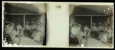 anoniem   Gezelschap in Suriname, possibly Theodoor Brouwers, 1913 - 1930   Gezelschap van zes vrouwen en twee mannen gezeten op een veranda, in Suriname.