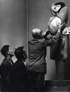 Le Corbusier presentando su escultura Mujer. Exposición Le Corbusier: Medidas Humanas, en el Centro Pompidou. Fotografía © FLC, ADAGP, Paris 2015. Imagen cortesía del Centro Pompidou.