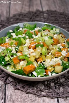 Ofenkartoffel-Salat mit normalen Kartoffeln und Süßkartoffeln. Den Kartoffelsalat kann man warm oder kalt essen. Dazu kommt noch Feldsalat, Feta, Lauchzwiebeln und ein Senf-Dressing.