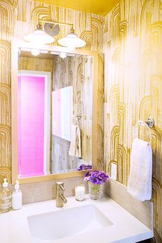 A super GLAM bathroom with gilded wall paper is always a pleasant surprise!
