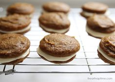 Pumpkin whoopie pies with maple frosting I Heart Nap Time Desserts To Make, Fall Desserts, Delicious Desserts, Dessert Recipes, Yummy Food, Pumpkin Whoopie Pies, Pumpkin Spice Cookies, Pumpkin Recipes, Fall Recipes