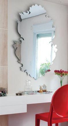 Penteadeira com banqueta vermelha Penteadeira com espelho e espaço para maquiagem!