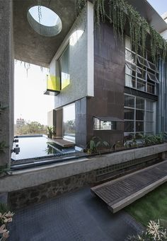De hele voorgevel van dit huis in Mumbai is gemaakt van oude deuren - Roomed