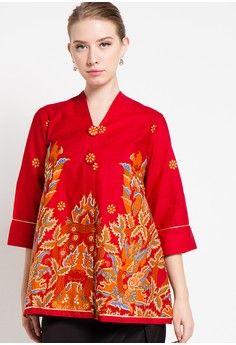 Blouse Batik Sawat Sayap from Arjuna Weda in red Batik Kebaya, Batik Dress, Kebaya Hijab, Batik Fashion, Hijab Fashion, Blouse Patterns, Blouse Designs, Blouse Batik Modern, African Dress