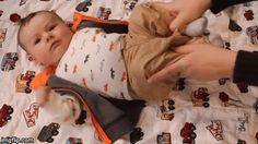 Aidez votre bébé à se débarrasser des flatulences en poussant doucement ses genoux vers son estomac.
