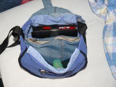 Innenansicht der Handtasche. Sie hat zwei Hauptfächer und eine Innentasche mit Reißverschluss und vorne eine kleine Tasche mit Reißverschluss