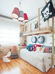 Quand on est un petit fan de pirates, on veut des pirates partout ! Voici quelques idées pour décorer la chambre de votre enfant sur le thème des pirates.