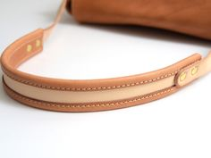 A messenger bag with a full cover, a version of the wild extra-thick leather: tandoori soft. Leather Handle, Leather Purses, Leather Handbags, Leather Wallet, Leather Gifts, Leather Bags Handmade, Leather Craft, Custom Leather Belts, Leather Bag Design