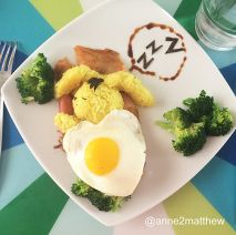 Mother creates works of art on children's breakfast plate How To Make Breakfast, Breakfast For Kids, Sushi Wrap, Kids Dishes, Food Art For Kids, Huevos Fritos, Breakfast Plate, Veggie Tray, Food Humor