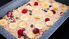 Gebackene Haferflocken aus dem Ofen mit Banane und Himbeeren