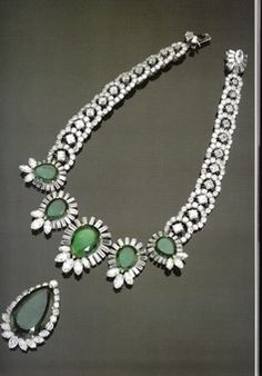 Duchess of Windsor Necklace; created by both Cartier and Harry Winston. Five pear-shaped emeralds from to carats (Cartier) and a Diamond and Emerald Pendant (Harry Winston) Emerald Pendant, Emerald Necklace, Cartier Necklace, Emerald Diamond, Diamond Pendant, Blue Diamond Jewelry, Diamond Trade, Sapphire Earrings, Blue Sapphire
