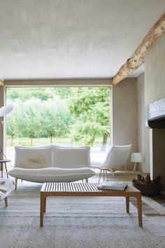 This fall, enjoy the perfect indoor/outdoor combination space with Elizabeth table. This versatile piece by Nathan Yong elevates any space. #modernoutdoorfurniture #luxuryoutdoorfurnitures #contemporaryoutdoorfurnitures #highendoutdoorfurniture #modernoutdoorsofas #modernoutdoorsofa #contemporaryoutdoorsofas #modernoutdoortables #modernoutdoortable #contemporaryoutdoortables #contemporaryoutdoortable #modernoutdoorchairs #modernoutdoorchair #contemporaryoutdoorchairs #contemporaryoutdoorchair