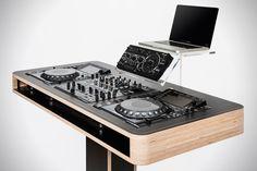 Vous êtes un DJ et vous recherchez une console stylée pour vos platines? Ne cherchez plus. La marque Hoerboard s'est fait une spécialité de ce mobilier et vient de présenter sa nouvelle conso…