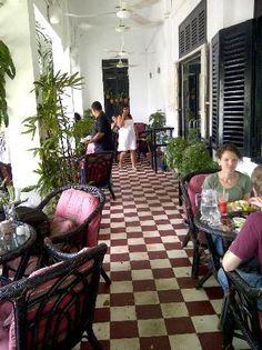 Phnom-Penh- Java café colonial verandah