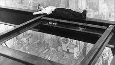 Tomando una siesta en la construcción de un rascacielos. Años 30