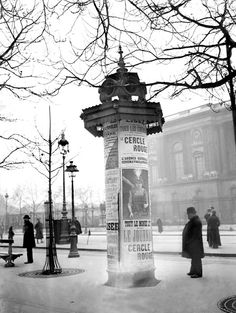 France. Une colonne Morris, place du Louvre.  Paris, Nov. 1916 // Photographe : Jacques Moreau