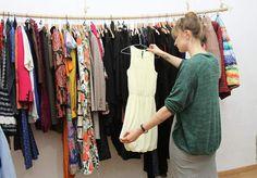 La Ropateca es una pionera tienda de ropa en Barcelona que funciona como si de una biblioteca se tratase. Hay que pagar una cuota mensual de 15 euros que da derecho a disfrutar de hasta tres prendas a la vez.