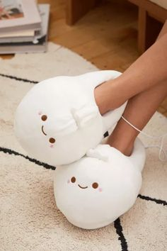 As cute as a corgi butt, as cozy as a dumpling with these super soft fleece slippers from Smoko that even heat up when your toes are feeling cold! Things To Buy, Things I Want, Heated Slippers, Gift Sets For Her, Cute Slippers, Crocheted Slippers, Shearling Slippers, Women's Slippers, Christmas Gift Sets
