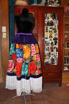 Junto a mi ropero favorito traido de Tehuantepec, falda bordada a mano sobre terciopelo, ¡hermosa!