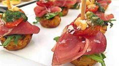 Lækre snacks af kartoffelmuffins med skinke, pesto og tomat.