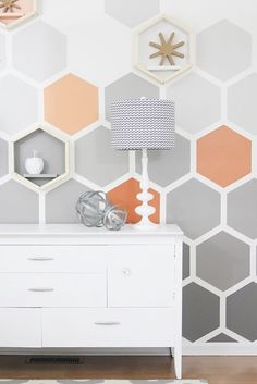 DIY Ombre Hexagon Wall - love the hexagonal shelves blended in Diy Ombre, Mur Diy, Geometric Wall Paint, Diy Wall Painting, Painting Bedrooms, Stencil, Easy Wall, Wall Patterns, Paint Designs
