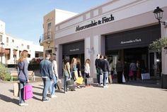 Abercrombie&Fitch ha due negozi in Italia, il secondo è al Sicilia Outlet Village (per la precisione: Agira, in provincia di Enna)