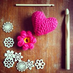 . . Found great wooden flowers for my next project . . #crochet #crochetting #haken #hakeniship #crochettingflowers #pink #roze #crochettinghearts #flowers #hearts #bloem #hart  #crochettingneedle #newproject #pink #wood #creative #creativeproject #workinprocess #doityourself #diy #whatsupinjansworld