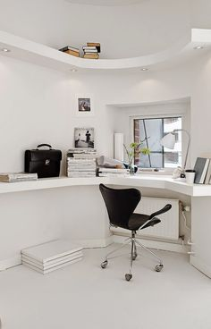 Series 7 office chair by Arne Jacobsen from Fritz Hansen and BL2 table lamp by Robert Dudley Best from Gubi | STIL INSPIRATION: White living