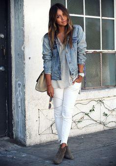 Den Look kaufen: https://lookastic.de/damenmode/wie-kombinieren/jeansjacke-t-shirt-mit-v-ausschnitt-enge-jeans-stiefeletten-umhaengetasche-uhr/5744 — Hellblaue Jeansjacke — Dunkelgraue Wildleder Stiefeletten — Weiße Enge Jeans mit Destroyed-Effekten — Graue Wildleder Umhängetasche — Silberne Uhr — Graues T-Shirt mit V-Ausschnitt