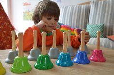 Je suis contente de vous présenter ce nouveau Youpi Mercredi en partenariat avec Nature et Découvertes! Les cloches Montessori Nature et Découvertes peuvent être utilisées simplement pour découvrir les notes de musique et jouer des mélodies. Elles sont vraiment de très belle qualité et en version rainbow pour me combler! Pour les plus [...]