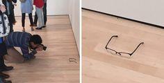 """TJ Khayatan decidiu colocar os óculos no chão para ver reação das pessoas. Outros visitantes se aproximaram e até se ajoelharam para fotografar a """"obra""""."""