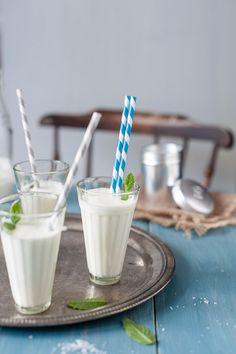 Ayran: 2 teile Yoghurt 1 Teil Wasser  Schaumig schlagen Salz, Minze, etc hinzufügen (Bes. Gut ist Gurke)