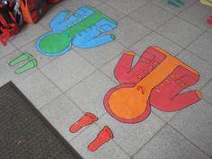 Hulpmiddeltje om de kleintjes te leren hun jasje aan te doen. Je kan het sjabloon maken uit gekleurde plakplastiek en ergens op de grond kleven in de klas.