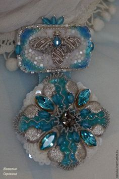 Купить Брошь-орден с серебряной пчелкой в бирюзовом. - бирюзовый, брошь винтажная, брошьорден, бирюзовая брошь Bee Jewelry, Gold Embroidery, Applique, Diy, Beads, Rings, Diy Kid Jewelry, Bricolage, Beading