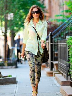 Sarah Jessica Parker in Black Orchid Vintage Camo Skinny Jeans - recreate look with CAbi Camo Jeans and vintage White Button Up Sarah Jessica Parker, Camo Skinny Jeans, Camo Skinnies, Camo Jeans, Carrie Bradshaw Style, Love Her Style, Fashion Gallery, Nice Dresses, Celebrity Style