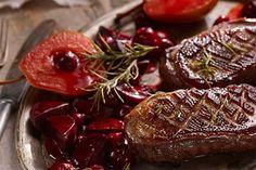 Szukasz przepisu na piersi gęsi? Karol Okrasa ma pomysł na gęś w sosie piernikowym z burakami w glazurze i smażonymi gruszkami.