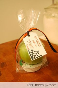 @eenymeenyandmoe came up with these simple Caramel Apple Goodie Bags. The perfect treat for non-crafty moms -- no artistic talent needed.