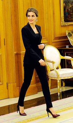 Leticia in black. Business Professional Outfits, Business Outfits Women, Office Outfits Women, Professional Dresses, Blazer Outfits For Women, Casual Outfits, Womens Power Suit, Court Outfit, Lawyer Outfit