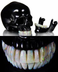 Black Obsidian-Schädel, die hat einen beweglichen Kiefer und die Zähne bestehen aus Australien Opal.