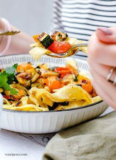 Pasta Alfredo mal anders: Mit gebratenem Gemüse und Hähnchenbruststreifen | Rezept auf waseigenes.com Pasta Alfredo, Camembert Cheese, Dairy, Blog, Eat Lunch, Food Dinners, Fried Vegetables, Savory Foods, Classic