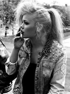 leo-fuckin'-pard print, I love it! and dat hair & make-up, totally oldschool rock style :3
