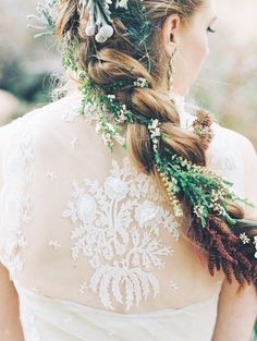 Summer is the most popular season for an outdoor wedding of any theme, and today IТd like to share some gorgeous summer woodland wedding ideas. Wedding Hair Flowers, Flowers In Hair, Small Flowers, Wild Flowers, Trendy Wedding, Dream Wedding, Wedding Bride, Wedding Updo, Elegant Wedding
