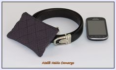 Capa protetora para celular no tamanho P para fixar no cinto. Estampa elegante e discreta ideal para presentear pai, marido ou namorado.