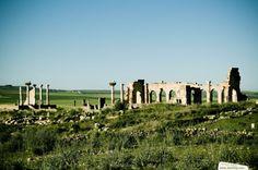 Ruinas arqueológicas de Volúbilis. Al sur de la ciudad de Fez se encuentran los restos de una antigua ciudad romana, de los siglos II y III que, pese a alzarse majestuosas, dan fe de los esfímeras que son incluso las obras humanas más grandiosas. Patrimonio de la Humanidad por la UNESCO desde 1998.