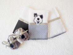 Conjunto com 4 peças: <br> <br>1 kit com 3 Fraldinhas de boca, tamanho aprox. 30 x 30 cm, tecido duplo, 1 com aplicação de cachorrinho de chupeta. Faixa de tecido poá e acabamento com borda de crochê em linha. <br>Alta absorção, ideal para a pele delicada do bebê. <br>Pode ser feita em outras cores e/ou outras aplicações. <br> <br>1 Par de sapatinho para bebê feito de crochê, em linha na cor cinza chumbo, fita de cetim cinza e aplicação de cachorrinho de feltro. Pode ser feito em outras…