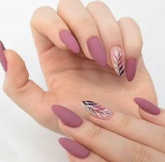Semi-permanent varnish, false nails, patches: which manicure to choose? - My Nails Cute Acrylic Nails, Matte Nails, Matte Almond Nails, Acrylic Nails Almond Short, Almond Nail Art, Matte Gold, Solid Color Nails, Nail Colors, Stylish Nails